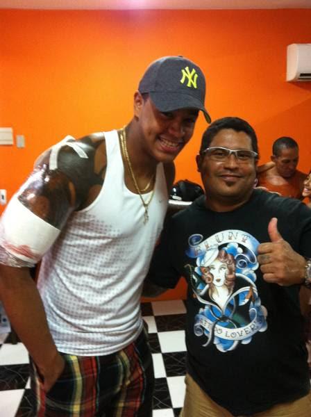 Léo Santana, do grupo Parangolé, finaliza tatuagem de tribal