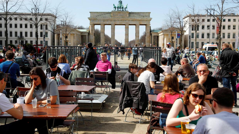Ảnh minh họa: Người dân tận hưởng nắng ấm trước cổng  Brandenburg, Berlin, Đức. Ảnh chụp ngày 04/04/2018
