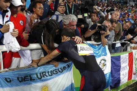 Renaud Lavillenie é consolado pelo técnico após a derrota
