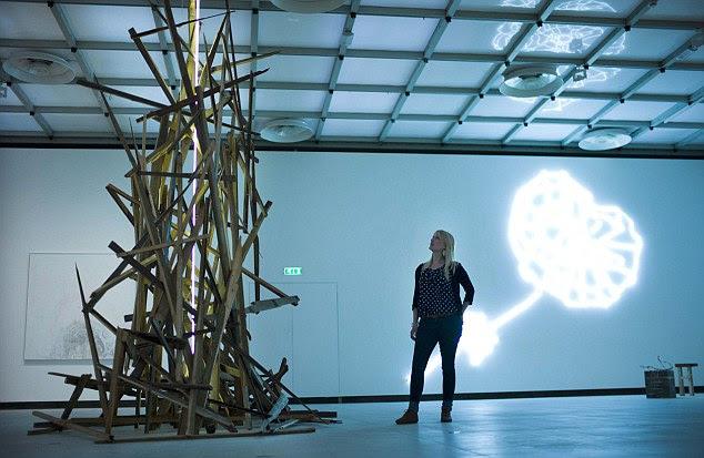 """Uma escultura de madeira em uma das de Miss Emin exposições anteriores amor é o que você quer """", na Galeria Haywood"""