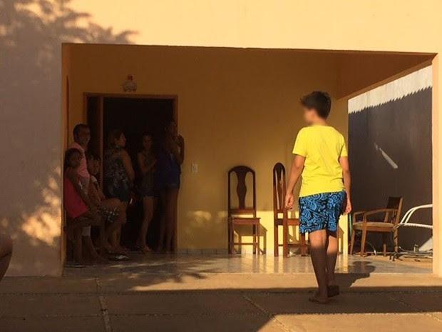 Familiares e amigos acompanham velório da jovem na Zona Sul de Teresina (Foto: Anieli Brandão/TV Clube)