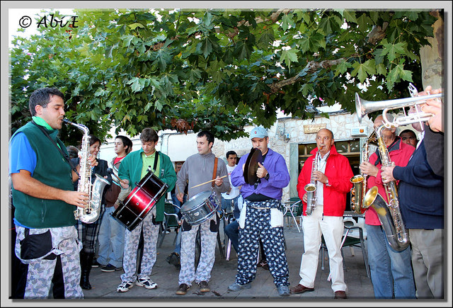 13 Los músicos de Poza tocando la Jota Serrana en honor a los Carreteros de Quintanar de la Sierra