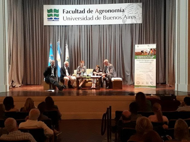 Academics discuss the impacts on health and the environment of the use of glyphosate in Argentine agriculture, during a Dec. 6 conference at the University of Buenos Aires. Concern about this topic is now on the country's public agenda. Credit: Daniel Gutman / IPS