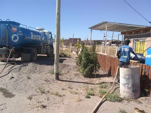 El municipio reparte agua con camiones por los barrios de Roca