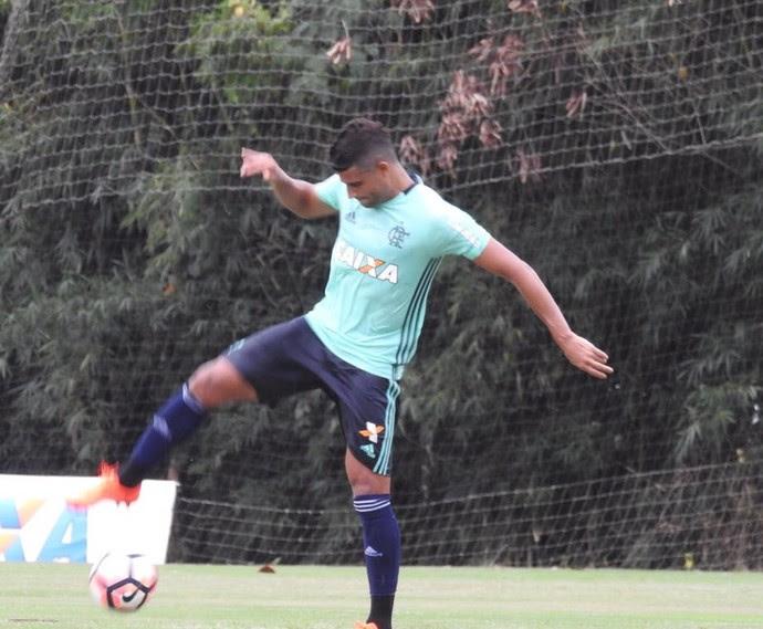 Ederson trabalha com bola no gramado (Foto: Fred Gomes)