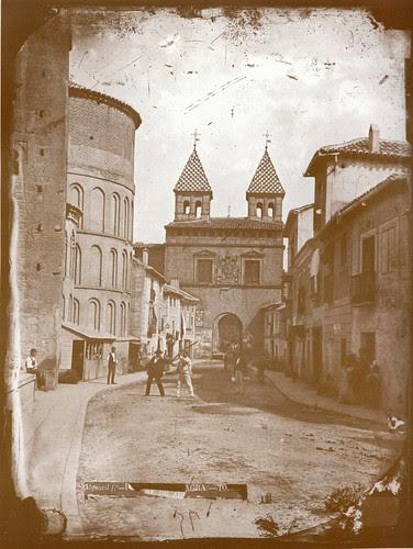 Puerta de Bisagra e Iglesia de Santiago del Arrabal (Toledo) a finales del siglo XIX. Fotografía de Casiano Alguacil