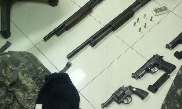 PF encontrou armas e explosivos de uso restrito no carro dos possíveis assaltantes / Foto: Polícia Federal/Divulgação
