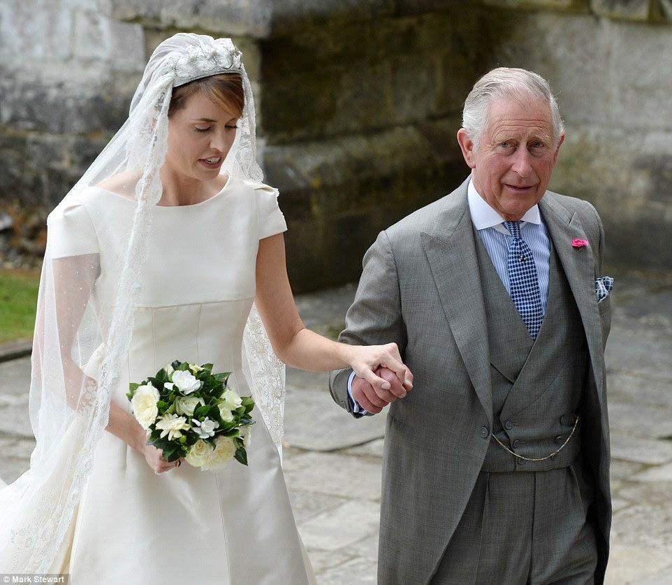 Príncipe Charles agarra a mão da noiva-a-ser Alexandra Knatchbull como ele conduz a em Romsey Abbey antes de seu casamento hoje