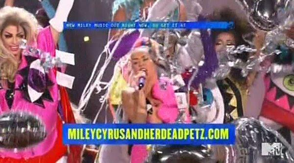 Miley anuncia que seu álbum é availalbe online.  O nome do álbum?  Miley Cyrus e seu Morto Petz.