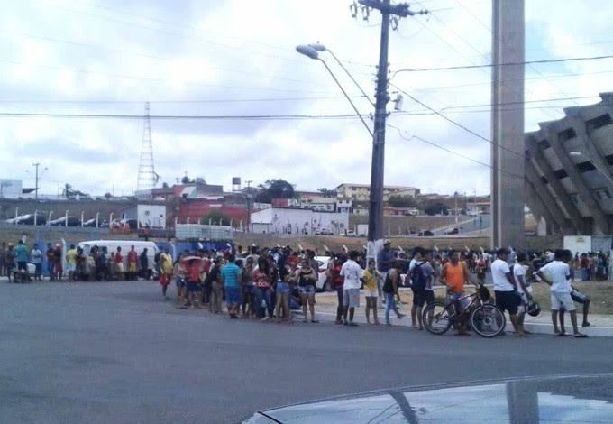 Torcedores formam longas filas por ingressos para Flamengo e Criciúma (Foto: Tercio Bruno/Divulgação)