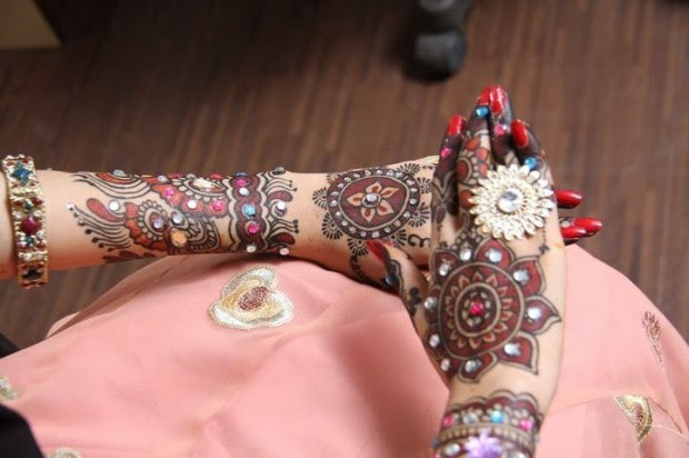 Beautiful-Indian-Bridal-Wedding-New-Mehndi-Designs-Photos-Embroidery-Dulhan-Feet-Mehndi-0