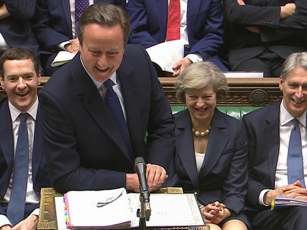 Primeiro-ministro britânico David Cameron, centro, sorri, durante sua última sessão de perguntas como primeiro-ministro na Câmara dos Comuns (Foto: Parliamentary Recording Unit via Associated Press Video)