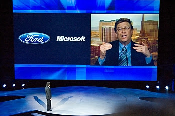 Detroit Auto Show 2007: Mark Fields, Amerika-Chef bei Ford, konferiert mit Bill Gates in Las Vegas © Cornelia Schaible