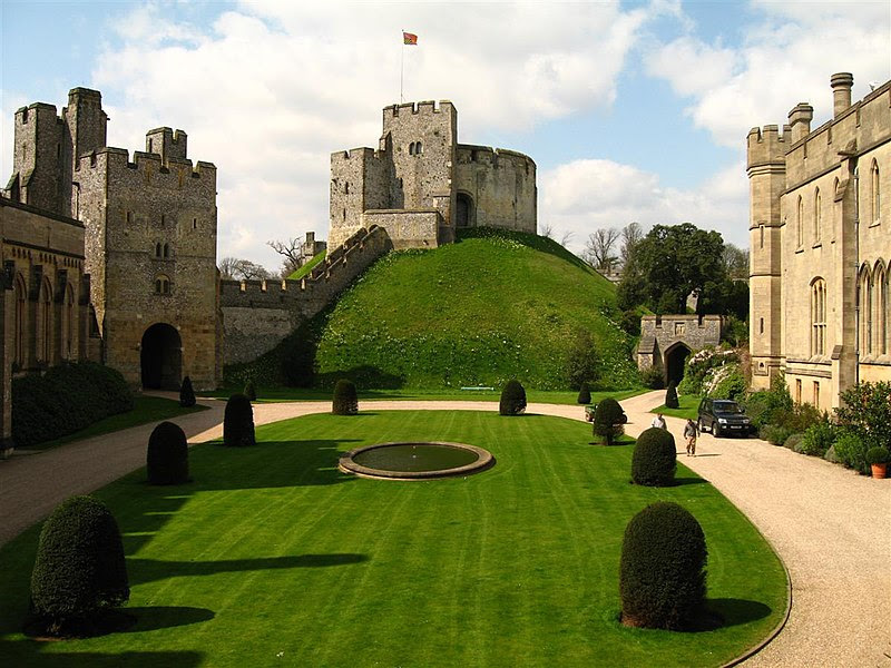 File:Arundel Castle - motte and quadrangle, England (18 April 2006).jpg