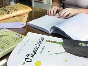 Títulos de livros são disponibilizado em braille para visitantes em Rio Preto, SP (Foto: Divulgação / Ricardo Boni)