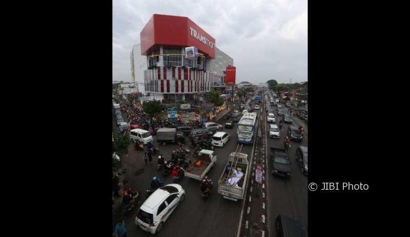 Bahkan jalan di sekitaran Transmart Pabelan ikut ramai dipadati kendaraan bermotor, Jumat (1/12/2017). (Nicolous Irawan/JIBI/Solopos)