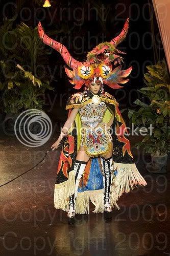 Miss Perú luce orgullosa su traje típico