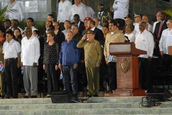 El General de Ejército Raúl Castro Ruz (C), presidente de los Consejos de Estado y de Ministros, presidió el acto político por la desaparición física del Comandante en Jefe Fidel Castro, efectuado en la Plaza de la Revolución Antonio Maceo, en Santiago de Cuba, el 3 de diciembre de 2016. Foto: Miguel Rubiera Justiz / ACN