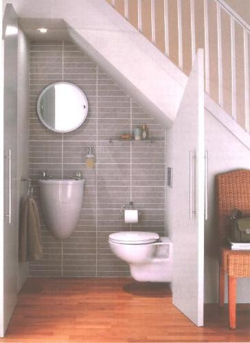 baño debajo de escalera