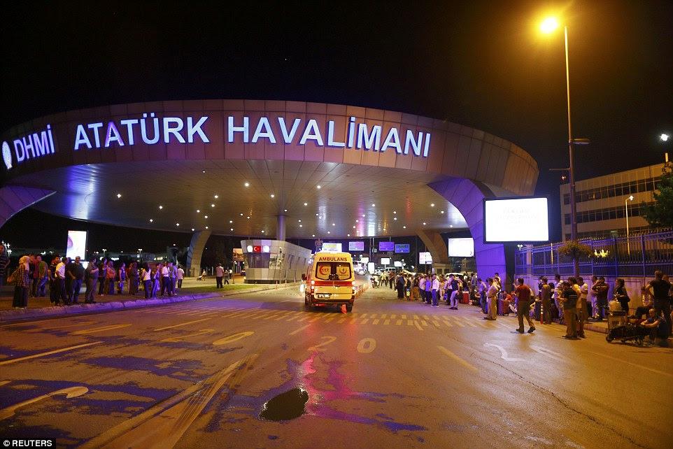 Multidões se reúnem fora do aeroporto após explosões de terça-feira, enquanto equipes de emergência correm para ajudar as dezenas de pessoas feridas