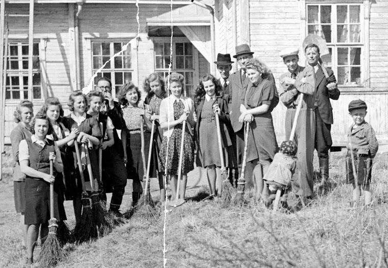 Kunnan toimihenkilöt siistimässä pihaa 1946