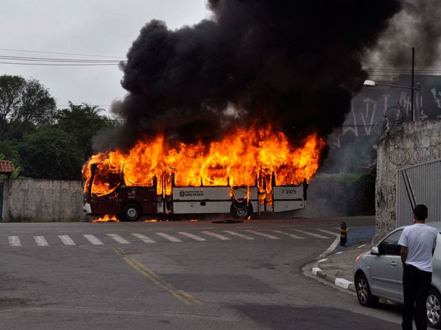 Ônibus foi incendiado na região do Capão Redondo   (Foto: Daniel Dantas/Futura Press/Estadão Conteúdo)