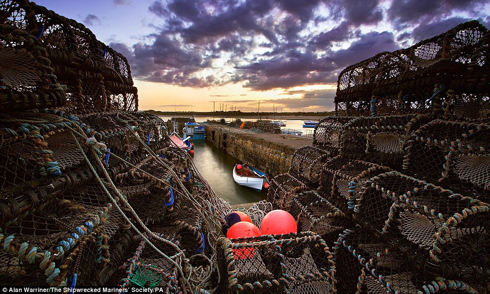 Artes de pesca e um skyline dramática em Beadnell Harbour em Northumberland foi agarrado por Alan Warriner, fazendo dele o vencedor da categoria indústria na última vista para o mar concurso de fotografia do Reino Unido