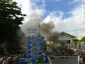 Protesto no Porto de Maceió. (Foto: Carolina Sanches/ G1)