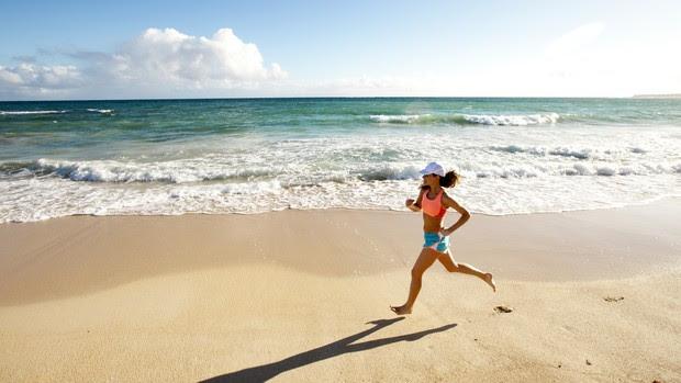 corredora descalça na praia (Foto: Getty Images)