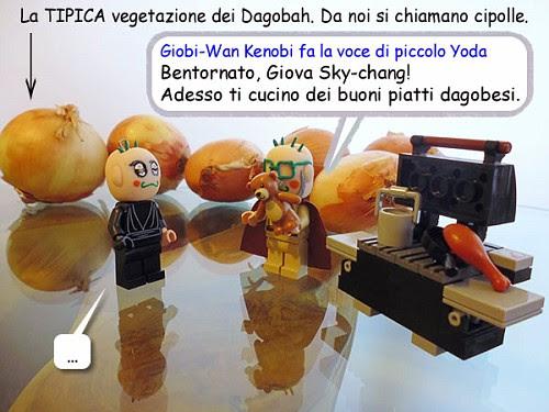 """Sulle verdure c'e' una freccia: """"La TIPICA vegetazione dei Dagobah. Da noi si chiamano cipolle.""""  Giobi-Wan Kenobi fa la voce di piccolo Yoda: """"Bentornato, Giova Sky-chang! Adesso ti cucino dei buoni piatti dagobesi"""" Giova Sky-chang: """"..."""""""