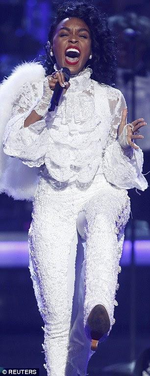Bottoms Up: Janelle Monae brilhou seu traseiro nas rachaduras ousadas durante sua medley de canções Príncipe
