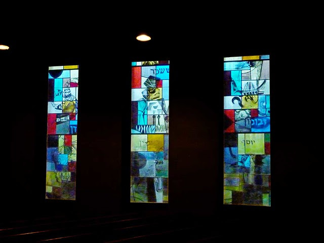 P1000324-2011-09-22-APC-Ahavath-Achim-Synagogue-3-Stained-Glass-South-by-Perli-Pelzig