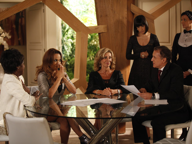 Grace Kelly vibra ao assinar o contrato da Comprare (Foto: Aquele Beijo/TV Globo)