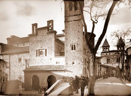 Puerta de Bisagra de Toledo e Iglesia de Santiago del Arrabal a inicios del siglo XX