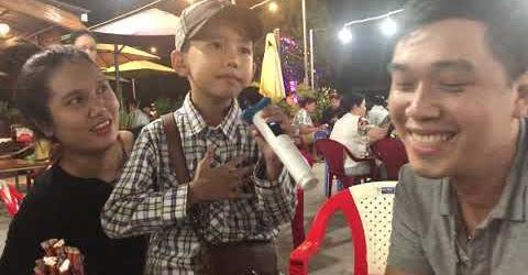 Bé trai 7 tuổi ở miền tây bán kẹo kéo mưu sinh cực dễ thương