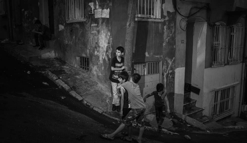 Niños juegan en una calle del distrito de Tarlabaşı, en Estambul.