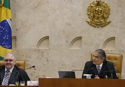 O ministro Ayres Britto (à direita) disse, em seu voto, que José Dirceu exercia papel de centralidade no esquema do mensalão (Foto: Gervásio Baptista/SCO/STF)