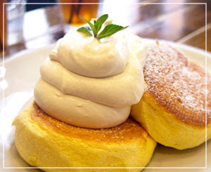 「FLIPPER'S」の奇跡のパンケーキ。クリーム増量だと迫力のこのビジュアルに。