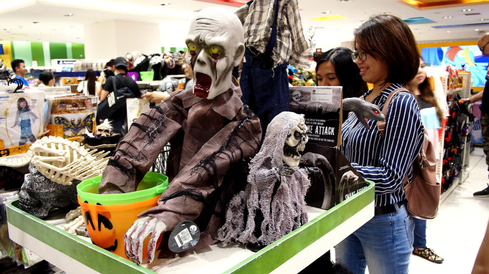 25 Examples of Halloween Retail Displays to Inspire You - Halloween Retail Displays - Halloween Retail Ideas - Halloween Display Ideas