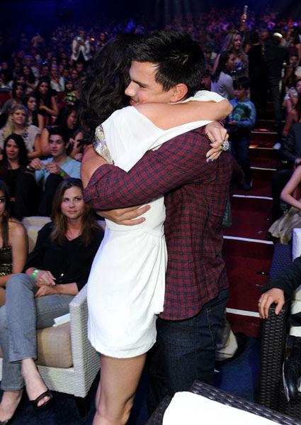 Selena Gomez Taylor Lautner Hugging. a hug off Taylor Lautner.