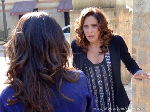Wanda foge da polícia e fica cara a cara com Morena (Foto: Salve Jorge/Tv Globo)