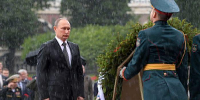Video: la pioggia torrenziale non impedisce a Putin di omaggiare i caduti nella Grande Guerra Patriottica