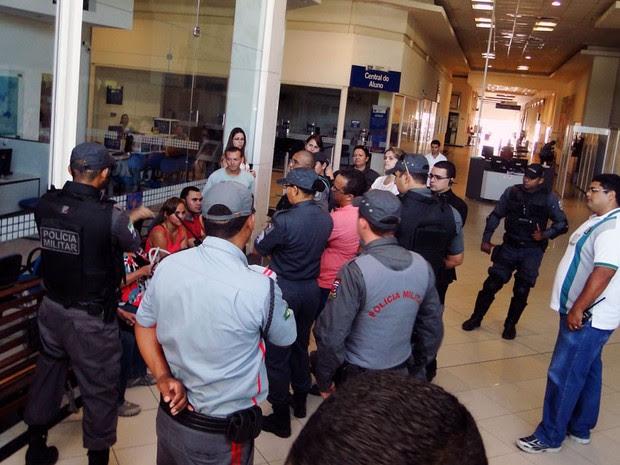 Policiais militares reforçaram a segurança em local de provas na Av. Eng. Roberto Freire, em Natal. (Foto: Ricardo Araújo/G1)