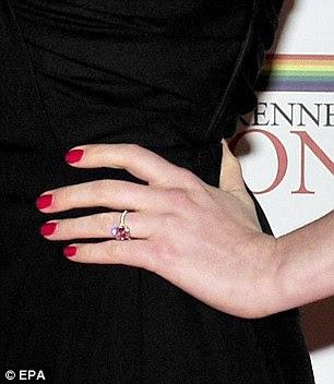 Efeito-de-rosa: o anel de noivado de Ana brilhavam tanto que chamou a reflexão do tapete vermelho, fazendo com que pareça ser de cor rosa