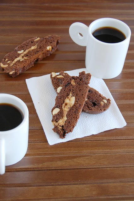 Chocolate peanut butter biscotti / Biscotti de chocolate e manteiga de amendoim