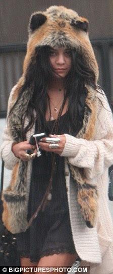 Foxy senhoras: Vanessa Hudgens ostentavam nas costas chapelaria em dezembro de 2010