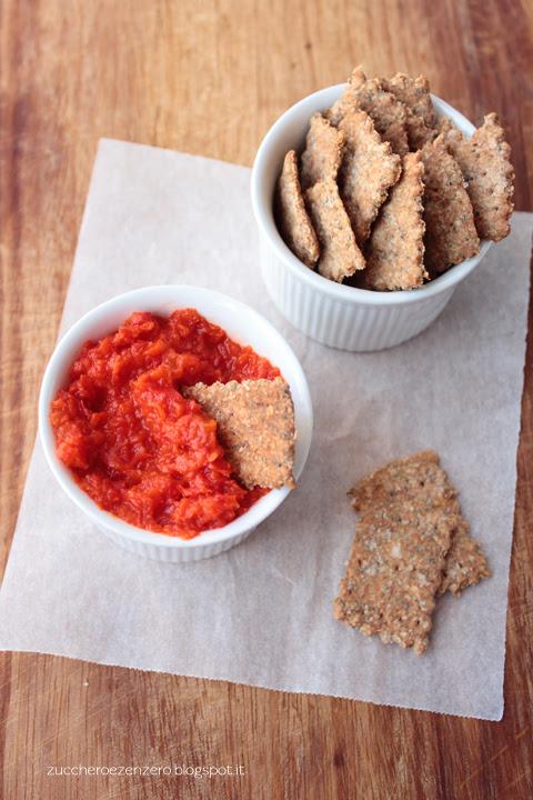 Dip di peperoni piccante con crackers integrali ai semi di papavero