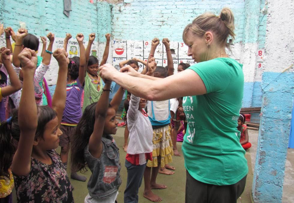 Belle Staurowsky, durante una de sus clases de artes marciales en India.