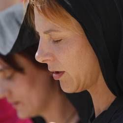 Fedeli in preghiera e Medjugorje