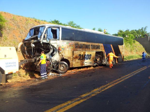 O ônibus de turismo bateu de frente com o caminhão com funcionários que prestavam serviços na rodovia (Foto: Moacir Pires/TV Tem)